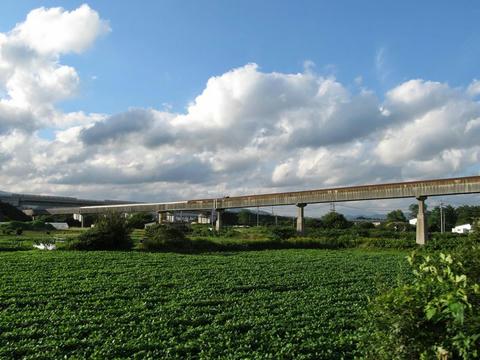 道南いさりび鉄道車内から見た太平洋セメント上磯工場のベルトコンベア
