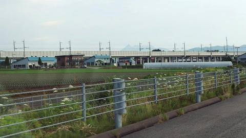 函館江差道から北海道新幹線の高架を望む