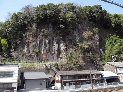 豊後竹田駅裏の岩山