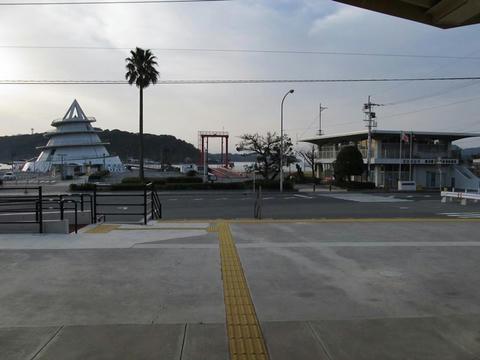 三角駅前風景