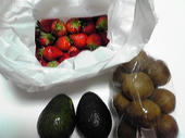買った果物:いちごとアボガドとキウイ