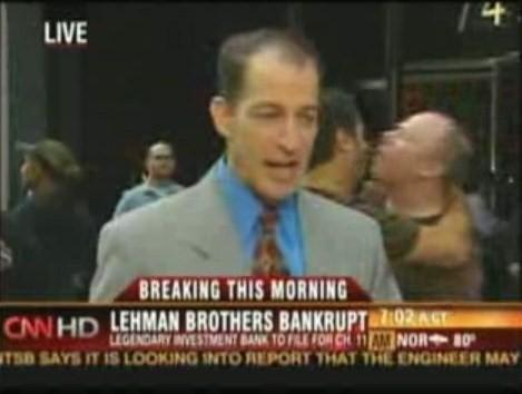 【放送事故】リーマン・ブラザーズ前で生中継中、乱入してきた男性同士がえらいことに CNN