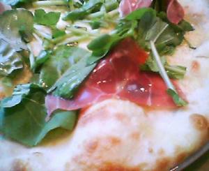 画像:生ハムとルッコラのピザ