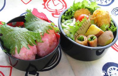 今日のMy弁当「桜餅風おにぎりとにんじんベジ団子」