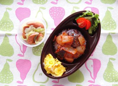 今日のMy弁当「キャベツとウインナーのブイヨン煮込み。野菜のケチャ炒め丼とか。」