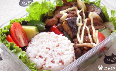 今日のMy弁当「赤米ごはん。ブラックペッパーペースト炒めと。」