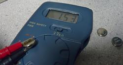 光学機器とボタン電池