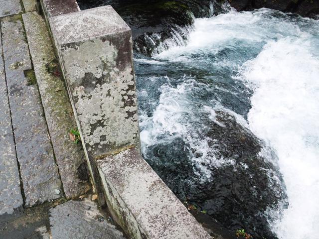 富士宮の浅間社境内を流れる川。