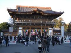 かなり立派な新勝寺総門