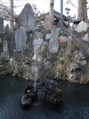 仁王門の先の左側にある泉