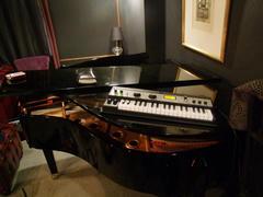 ピアノの上に、キーボードを置きます(笑)
