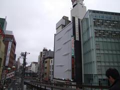 白いビルの6階に位置します