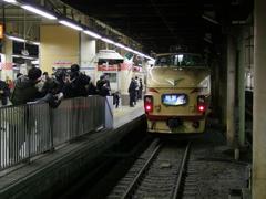 夜が明けて到着した上野駅では、朝6:00頃だというのに写真を撮る人が絶えませんでした