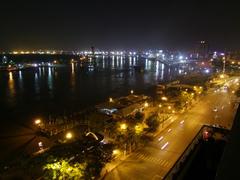 ブリーズ・スカイ・バーから、サイゴン川を望みます