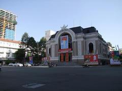 レロイ通りの北端にある、市民劇場