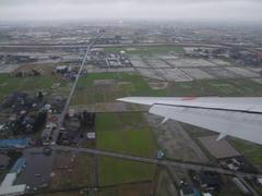 富山空港に着陸する際はスリル満点でした!画面左奥に、これから着陸する富山空港の滑走路が見えます
