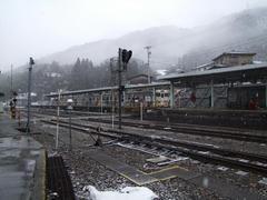 右の列車から、左の列車に乗り換えます…猪谷駅にて