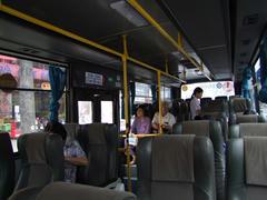 意外と?しっかりとした造りのバス…車内奥で立っている女性は、このバスの車掌です