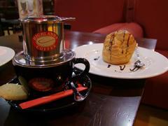 ホーチミン式であるドリップ・コーヒーと、シュー生地に包まれたお菓子