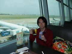 これから乗る飛行機(下のキャセイの便です)を眼下に、ベトナムで最後の祝杯?