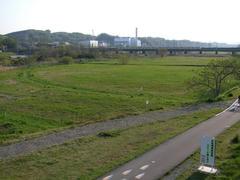 向こうには、多摩川を渡るJR南武線の姿が…