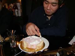 変なケーキの食べ方…