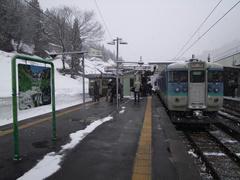 南小谷駅に到着…右はJR東日本の115系