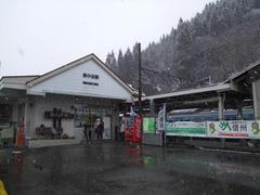 南小谷駅に到着…雪も降っています
