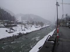 南小谷駅前を流れる姫川