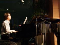 ピアノのバックには夜景が映える状況です(笑)