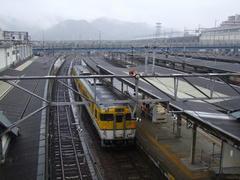 新山口駅にて…右奥は山陽新幹線