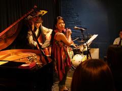 ドラムソロ後、皆がステージに出ていきますが、その様子を写真に撮っていたら凝視されました(笑)
