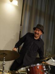 楽しそうな表情を浮かべた、兄伸也さん