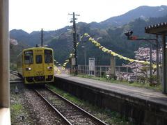 単線なので、駅で列車の擦れ違いをするのが基本です