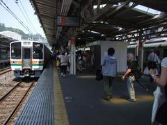 熱海駅にて…人が多い…