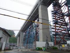 慰霊碑と共に、旧、新橋梁の橋桁を臨む