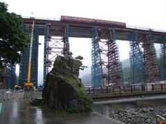 橋桁の麓から、走行中の列車を見上げます