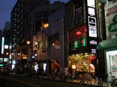 タイ料理屋のあるビルの4階にお店は位置します