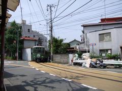 江ノ島駅を出てすぐに、併用軌道区間に入ります