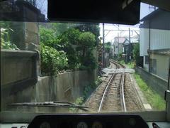 腰越駅を出て暫く…狭い区間が続き…