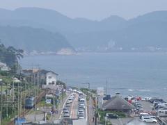 一路、列車は鎌倉(写真奥)へ…