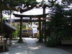 寺の境内の入口には、まず江ノ電の踏切が…