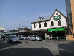 右が江ノ電の鎌倉駅舎…左はJR