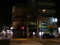 左の道を真っ直ぐ行って右側が浅草寺入口です