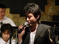 バンマスの早川君(楽器はテナー・サックス)