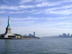 自由の女神像とマンハッタン