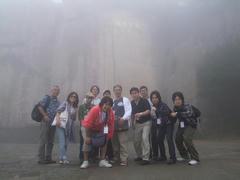 泰山の頂上付近の唐摩崖をバックに…