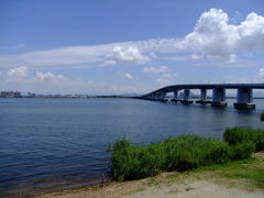 琵琶湖の西側から、琵琶湖大橋を臨む