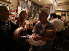 早速、我が子のように抱きかかえている伊藤さん