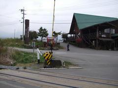 鉄道最高地点の雰囲気です…踏切があります